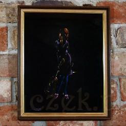 Obraz ujęto w drewnianą ramę listwową zdobioną złoceniem i płótnem.