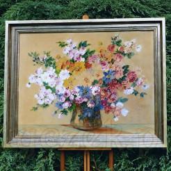 Realistyczna kompozycja ukazująca rozłożysty bukiet gałązek białych i różowych róż oraz niebieskiej passiflory ułożonych w szklanym wazonie.