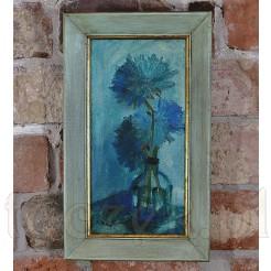 Wertykalna kompozycja z kwiatami w szklanym wazonie.