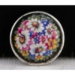 Porcelanowa brosza zdobiona kwiatową kalkomanią.