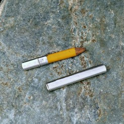 Płaski ołówek zamknięty w długim, wąskim etui