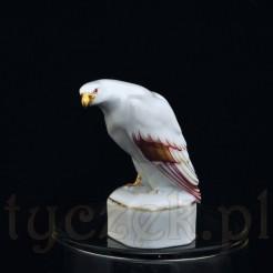 Figurka orła na postumencie