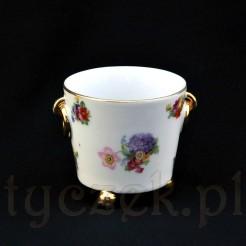 Urocza osłonka doniczkowa wykonana została ze śląskiej porcelany w białym kolorze