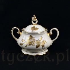 Cudowna cukiernica wykonana została z żarskiej porcelany w kolorze ecru