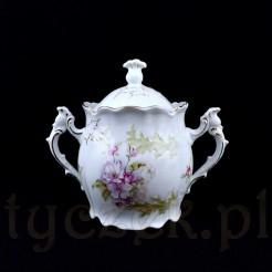 Śnieżnobiała porcelana ozdobiona została pastelowymi ostami i kwiatami jabłoni