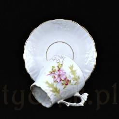 Urocza filiżanka wraz z oryginalnym spodkiem wykonane z porcelany o śnieżnobiałej barwie