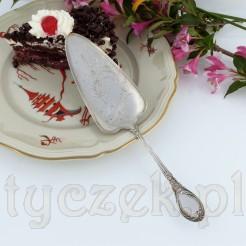 Nabierka w kształcie trójkąta o zaokrąglonych brzegach pozwala na wygodne nakładanie kawałków ciasta.