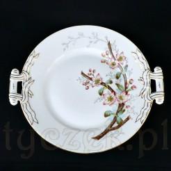 Kwitnące pąki jabłoni na malowanej gałęzi zdobią porcelanowy antyk