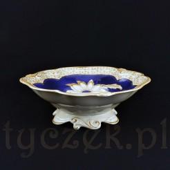 Ozdobna patera wykonana została ze śląskiej porcelany w kremowym kolorze