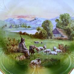 Stary pasterz z wiernym psem odpoczywa przy wypasie owiec w górach....