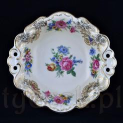 Porcelana ozdobiona została różnobarwnymi kompozycjami kwiatowymi oraz malutkimi, złotymi kwiatkami
