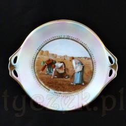Biała, śląska porcelana została pokryta pastelowo-perłowym szkliwem w barwach różu i błękitu