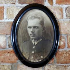 Mężczyzna w mundurze z charakterystycznym dla Wojska Polskiego haftowanym wężykiem zwanym patką/łapką na kołnierzu pozuje półprofilem