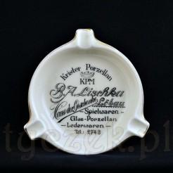 Porcelana z napisami reklamującymi porcelanę KPM Krister w sklepie w Loebau