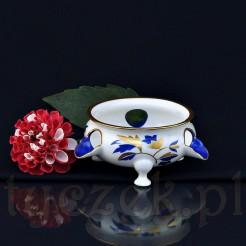 Piękna forma i dekoracja porcelanowej popielnicy przyciąga wzrok