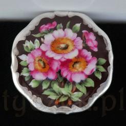 Porcelanowa brosza z wyśmienitej bawarskiej porcelany.