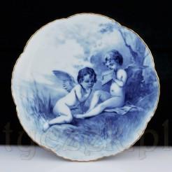 Przepiękne amorki w biało-niebieskiej tonacji na szlachetnym talerzu