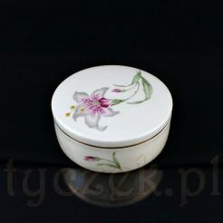 Szlachetna porcelana zdobiona jest okazałym kwiatem lilii z zielonymi, lancetowatymi liśćmi