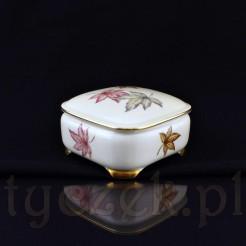 Szlachetna porcelana ozdobiona została liśćmi przypominającymi liście klonu w jesiennych barwach