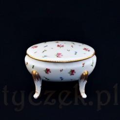 Pięknie dekorowane porcelanowe puzderko na giętych nóżkach.