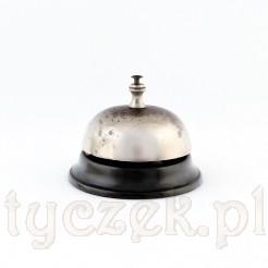 Elegancki dzwonek recepcyjny ze sprawnym mechanizmem dzwonienia.
