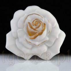 Piękna brosza z biskwitowej porcelany w formie róży.