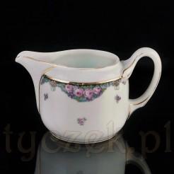 Porcelanę zdobią złocenia i kwiatowe kalkomanie.