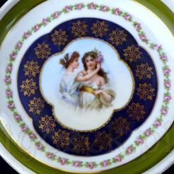 Motyw dwóch młodych dziewcząt na porcelanowej paterze z I połowy XX wieku