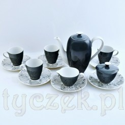 W skład serwisu wchodzą cztery filiżanki wraz ze spodkami, mlecznik ze spodkiem, cukierniczka ze spodkiem oraz dzbanek