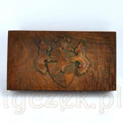 Drewniana szkatuła z pięknym, stylowym herbem