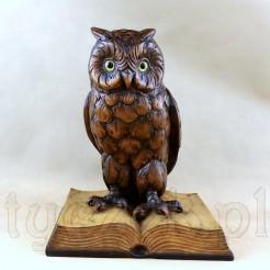 Antyk: ręcznie rzeźbiona figura sowy siedzącej na otwartej książce