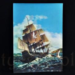 Słoneczny dzień, wzburzone morze oraz dwie przelatujące mewy zdobią tą kartkę z żaglowcem w roli głównej