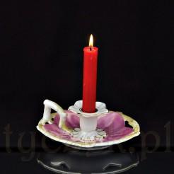 Poręczny kaganek wyjątkowej urody wykonany prawdopodobnie ze śląskiej porcelany to piękna forma przypominająca pięciopłatkowy kwiat i subtelne kolory: biel, róż i delikatne złocenia