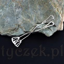 Szczypce wykonane ze srebra próby 800 reprezentują styl neo-klasycyzm