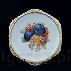 Talerz z pięknym wzorem owoców porzeczek i śliwek