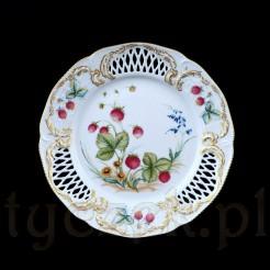 Poziomkowy talerz wykonany ze szlachetnej porcelany w kolorze białym
