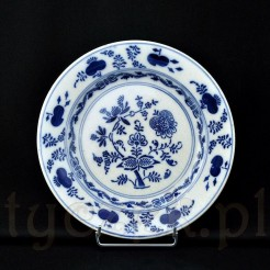 Talerz z kremowej ceramiki szkliwiony i pokryty delikatną krakelurą dekorowany kobaltowym wzorem cebulowym Zwiebelmuster