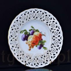 ażurowy talerzyk z białej porcelany w owoce