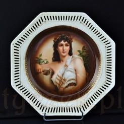 Piękny, porcelanowy talerzyk o oryginalnym ośmiobocznym kształcie, wokół krawędzi drobny ażur