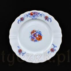Białą porcelanę zdobi uroczy bukiet kwiatowy z herbacianą różą
