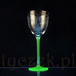 Uranowe szkło z kryształowym szkłem tworzą niezwykły kielich na wino
