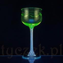 SZKŁO URANOWE Wyjątkowy a zarazem klasyczny kielich do wina na wysokiej, fasetowanej nodze