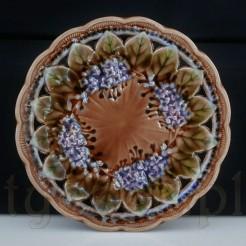 Piękne secesyjne bzy na majolikowym talerzu kolekcjonerskim.