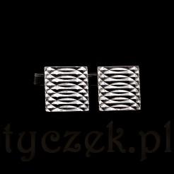 Spinki zdobi ciekawy reliefowy wzór optyczny.