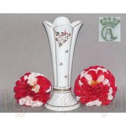 Ciekawy wazonik z białej porcelany