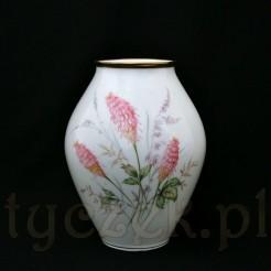 Biały porcelanowy wazon o modernistycznym fasonie