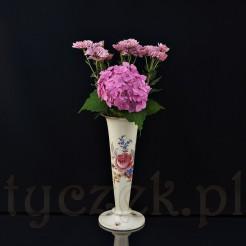 Powierzchnia wazonu z fabrycznymi dekorami większych i mniejszych kompozycji kwiatowych w typie ogrodowym