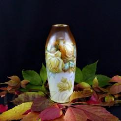 Efektowny wazon posiada smukły fason zwężający się ku wlotowi