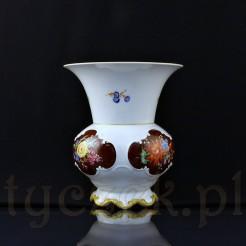 Okazały wazon babuni zdobiony motywami kolorowych kwiatów