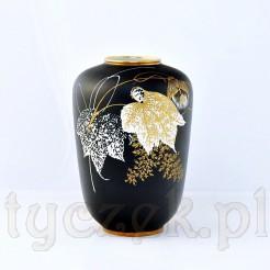Oryginalny wazon wykonany z białej porcelany pokrytej matową malaturą w kolorze czarnym